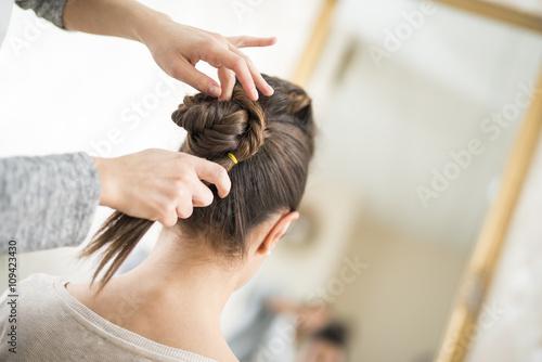 mata magnetyczna Female hairdresser at work