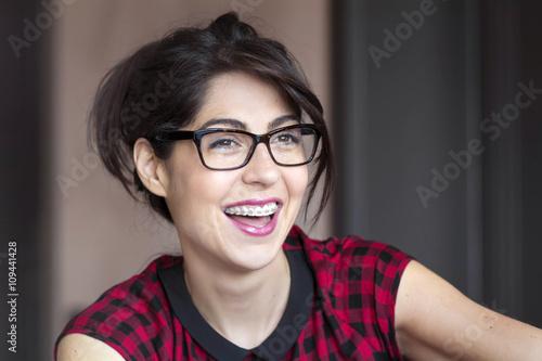 Fotografia  Portrait of a beautiful woman with braces on teeth