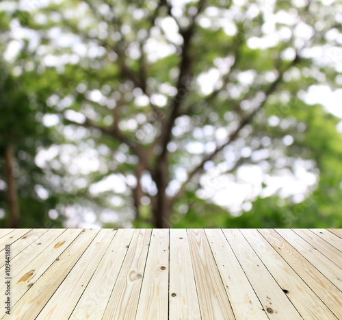 Poster Bois blurred background : tree branch of green leaves and wood floor