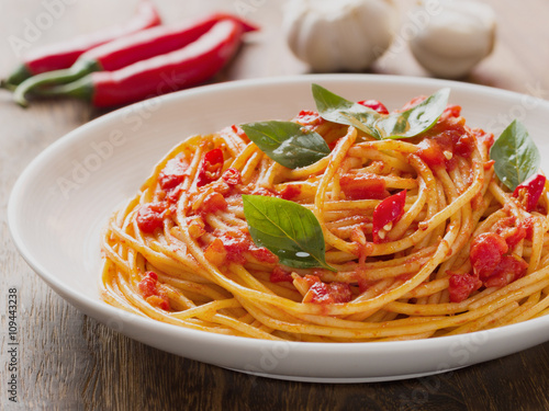 Fotografía  rustic italian spaghetti arrabbiata pasta