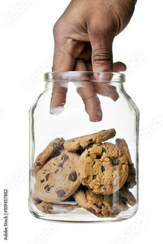 Fotografia hand picking cookies in the jar