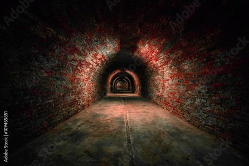 Długi podziemny tunel ceglany kąt strzału