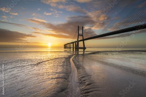 Ponte Vasco da Gama ao Nascer do Sol