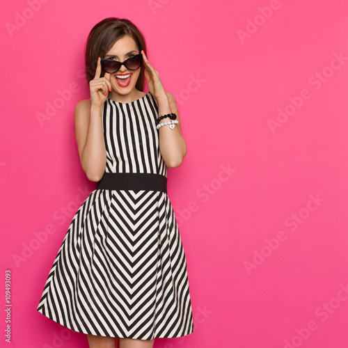 Obraz Shouting Elegance Woman In Sunglasses - fototapety do salonu