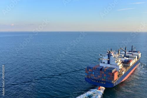 Foto  porte conteneur en pleine mer