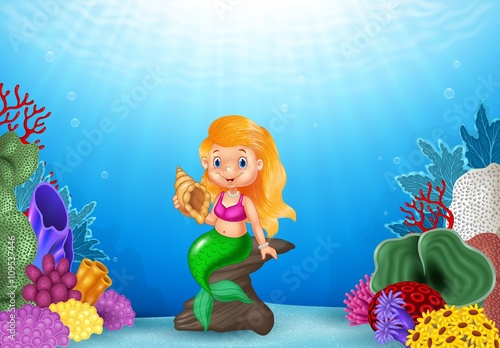 La pose en embrasure Forets enfants Cartoon mermaid holding Seashell with beautiful underwater world