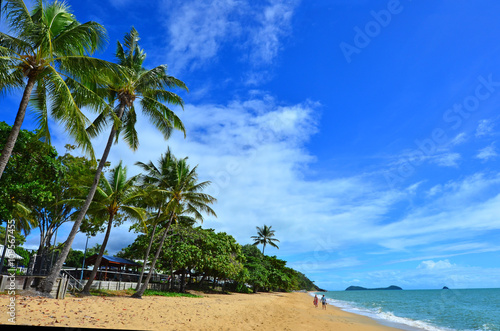 Foto Couple walks on Trinity beach near Cairns  Queensland Australia