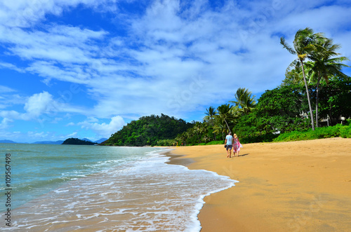 Photo Couple walks on Trinity beach near Cairns  Queensland Australia