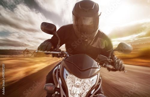 Valokuvatapetti Motorrad auf Landstraße bei Sonnenschein