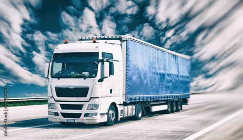 Transport von Gütern mit LKW - fahrender Lastkraftwagen auf der Autobahn // shipping  - 109607010