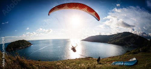 Fotografia Skydiver flying over the water