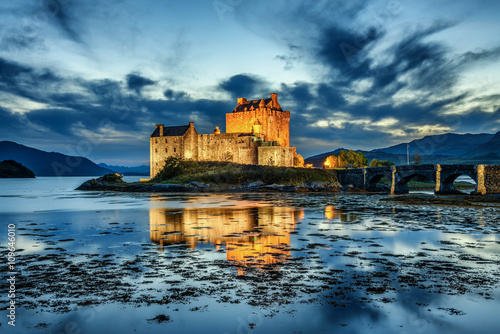 Poster de jardin Chateau Eilean Donan Castle in Scotland during blue hour