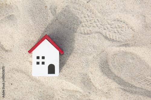 Fotografie, Obraz  砂場の上に赤い家