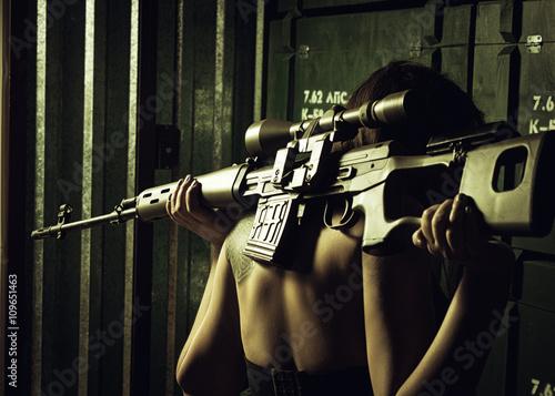 Fotografía  Muchacha con el rifle de francotirador SVD