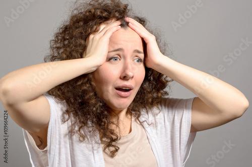 Fotografía  portrait of shocked young woman