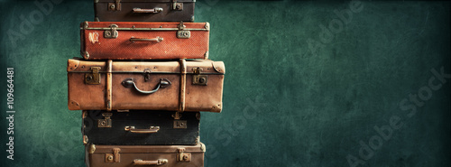 Foto auf Leinwand Retro Vintage Pile Ancient Suitcases Design Long Format