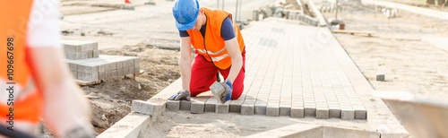 Foto Construction worker paving street