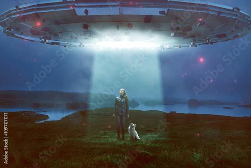 Aluminium Prints UFO Frau und Hund sehen UFO über sich
