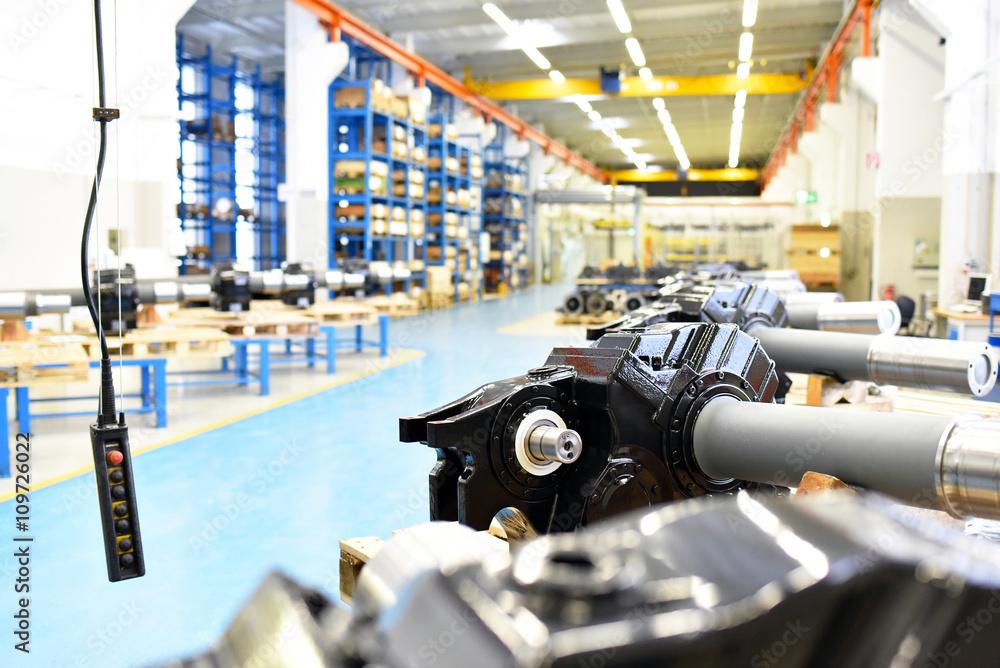 Innenaufnahme Einer Industriehalle - fertige Getriebe im ...