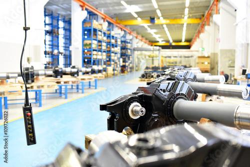 Fotografie, Obraz  Innenaufnahme einer Industriehalle - fertige GETRIEBE im Maschinenbau