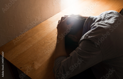 Photo 男性, 机, 悩み