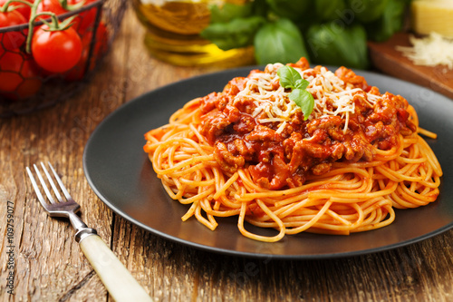 Foto Delicious spaghetti served on a black plate