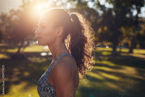 Staande foto Ontspanning Fit young woman standing at the park