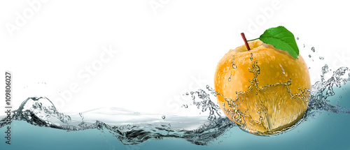 Photo Yellow, juicy apple as a card on the water background.