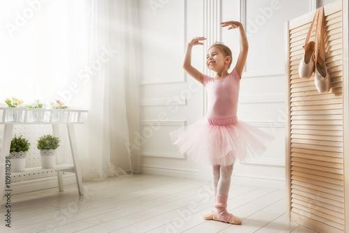 fototapeta na szkło girl in a pink tutu