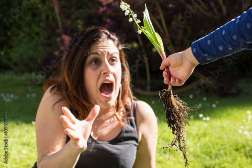 Photo  1er mai - Une fille offre à sa maman du muguet