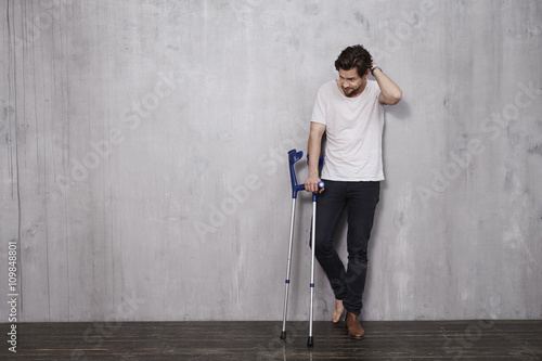 Cuadros en Lienzo Young man in studio with crutches