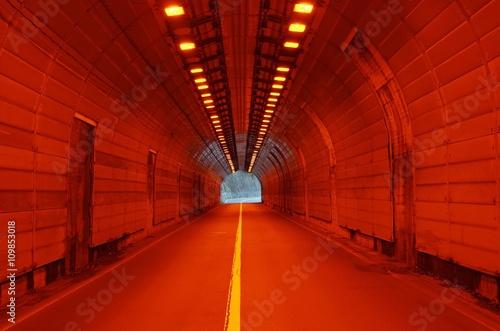 赤い灯りとトンネル