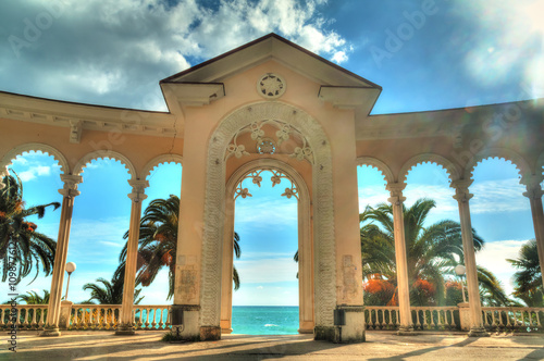 Photo Arch of Colonnade in Gagra, Abkhazia, backlit against the sky, HDR processing