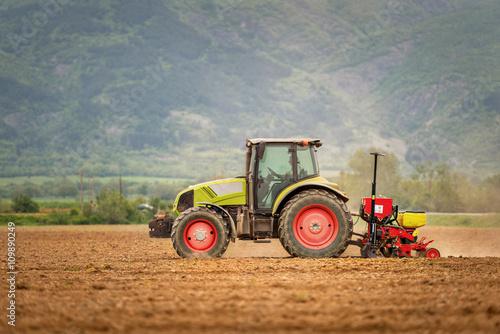 Zdjęcie XXL Ciągnik oprysków pola pszenicy z opryskiwacza, herbicydów i pestycydów