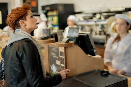 In de dag Bakkerij Bakery Item / Woman choosing bakery items in a shop