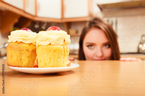 Photo Woman looking at delicious sweet cake. Gluttony.