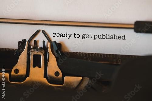 Fotografía  Listo para ser publicado contra el primer plano de la máquina de escribir