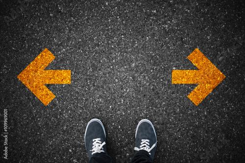 Fotografie, Obraz  Chůze směru na asfaltu