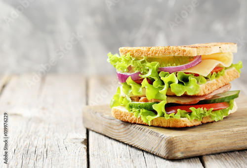 Photo  Tasty and fresh sandwiches on a grey wooden table