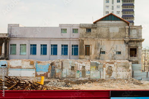 In de dag Havana HAVANA - APRIL 27: People, cars and buildings in Old Havana (Havana Vieja), Havana, Cuba on April 28, 2016