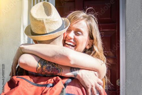 Fotografie, Obraz  Dvojice milenců objímání - Je právě vrátil doma po dlouhé cestě - Portrét dvou m