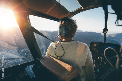 Photo  Helicopter passenger admiring the view