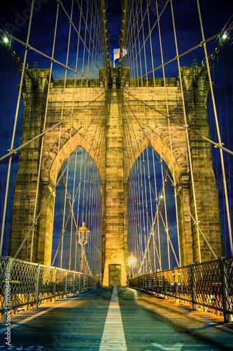 Naklejka premium Piękny Brooklyn Bridge w Nowym Jorku rozświetlił się nocą