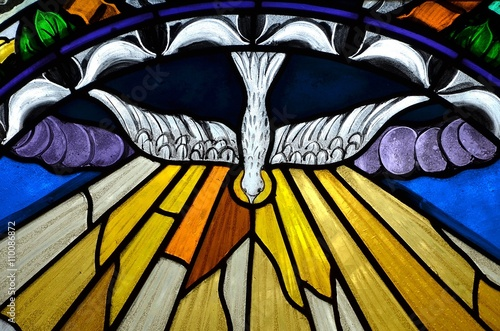 Fotografia stained glass window depicting Pentecost
