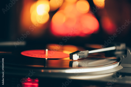Fotografía  turntable with LP vinyl record against burning fire background