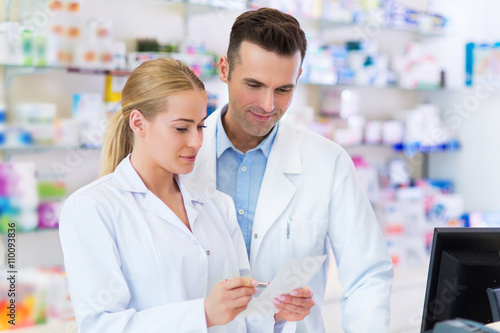 Poster Pharmacie Female and male pharmacists in pharmacy
