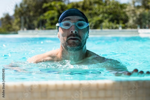 Photo  Fit swimmer in swimming pool