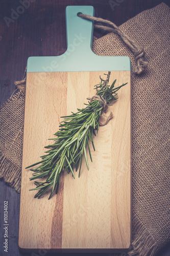 Fototapeta rozmaryn. pęczek rozmarynu na drewnianym stole/ obraz