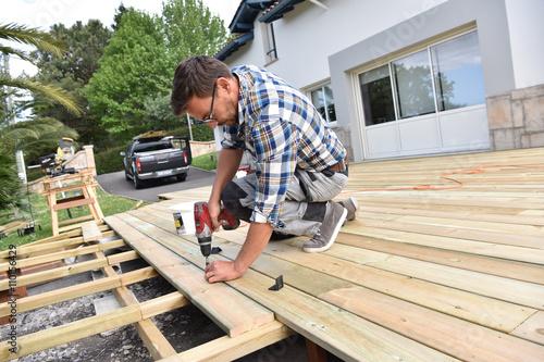 Fotografia  Carpenter building wooden deck