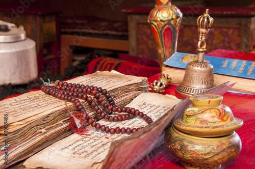 Fotografia  Buddhist religious Vajra, Japa Mala  and bell